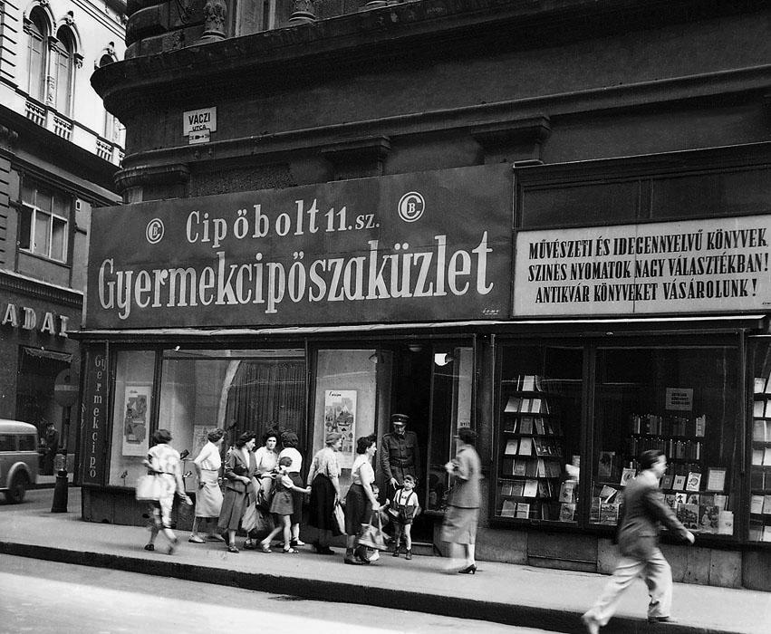 Fotó: Cipőbolt és könyvesbolt a Váci utca és Párizsi utca sarkán, 1950-es évek második fele © Budapesti Városépítési Tervező Vállalat