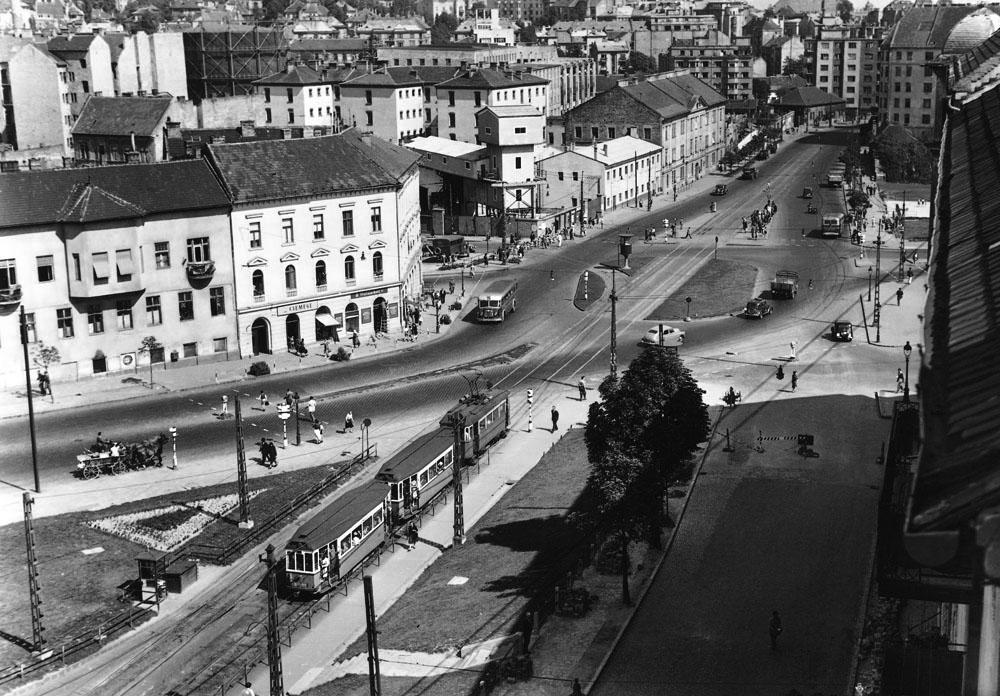 Fotó: A Széna tér és a Mártírok útja a Retek utcánál, középen a félben maradt földalatti munkaépületei, balra a Margit körúti fegyház, 1950-es évek vége © Budapesti Városépítési Tervező Vállalat