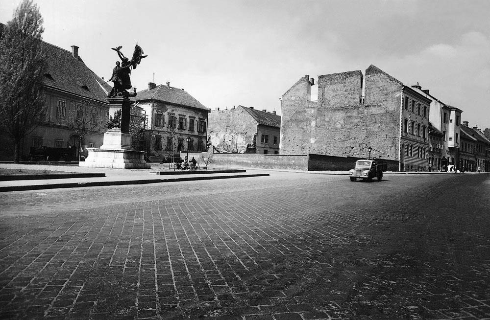 Fotó: A Dísz tér a honvédszoborral, 1960-as évek első fele © Budapesti Városépítési Tervező Vállalat