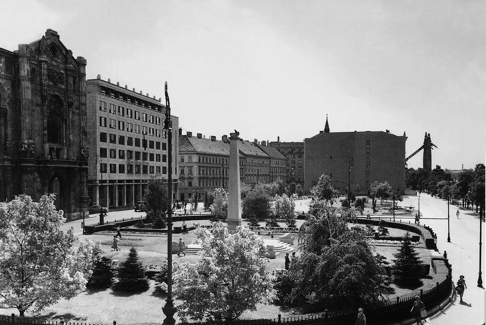 Fotó: A Vigadó tér az 1945-ben felállított szovjet emlékmű obeliszkjével, háttérben a romos Erzsébet híd, 1950-es évek vége © Budapesti Városépítési Tervező Vállalat