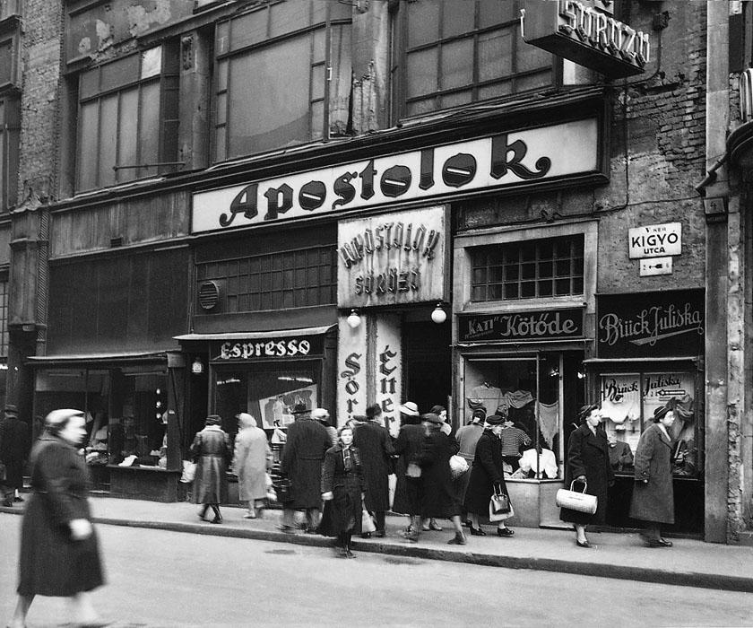 Fotó: A Kígyó utca eleje az Apostolok sörözővel, 1950-es évek vége © Budapesti Városépítési Tervező Vállalat