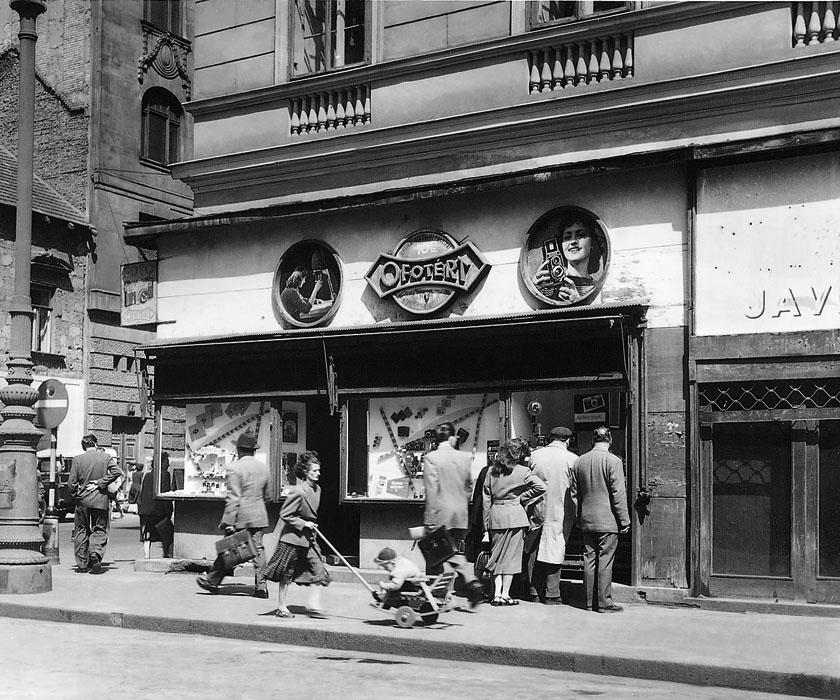 Fotó: OFOTÉRT üzlet a Vörösmarty téren, 1950-es évek vége © Budapesti Városépítési Tervező Vállalat