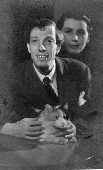A képen Pécsi József és Rozika látható cicájuk társaságában