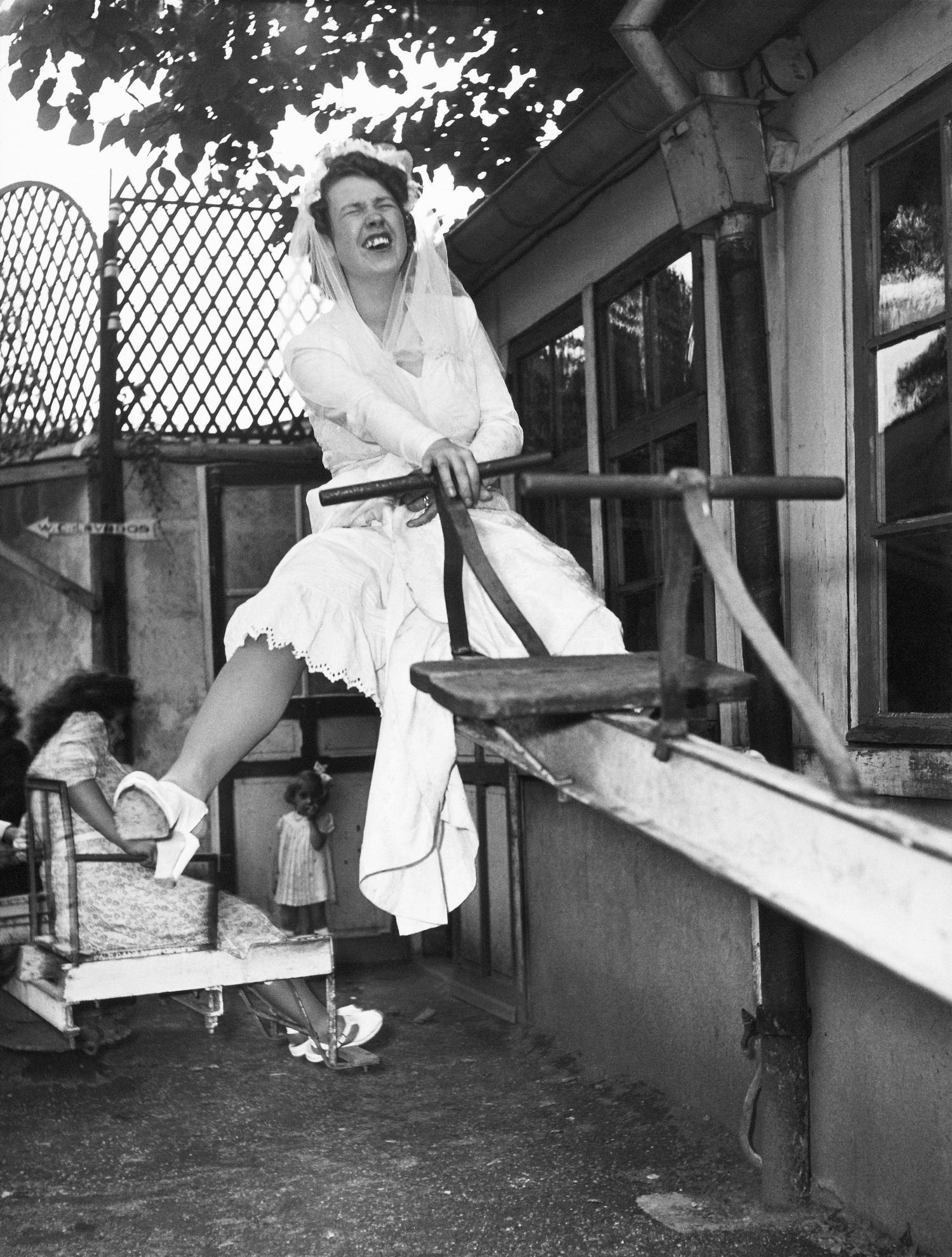 Fotó: Robert Doisneau: A menyasszony Gégène-nél, Joinville-le-Pont, 1946, 24x30cm, zselatinos ezüst © Atelier Robert Doisneau