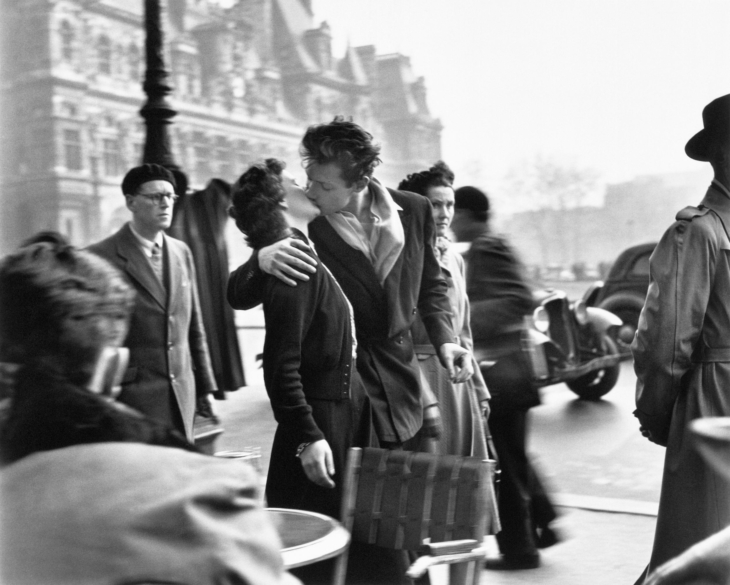 Fotó: Robert Doisneau: A csók a városháza előtt, Párizs, 1950, 18x24cm, © Atelier Robert Doisneau
