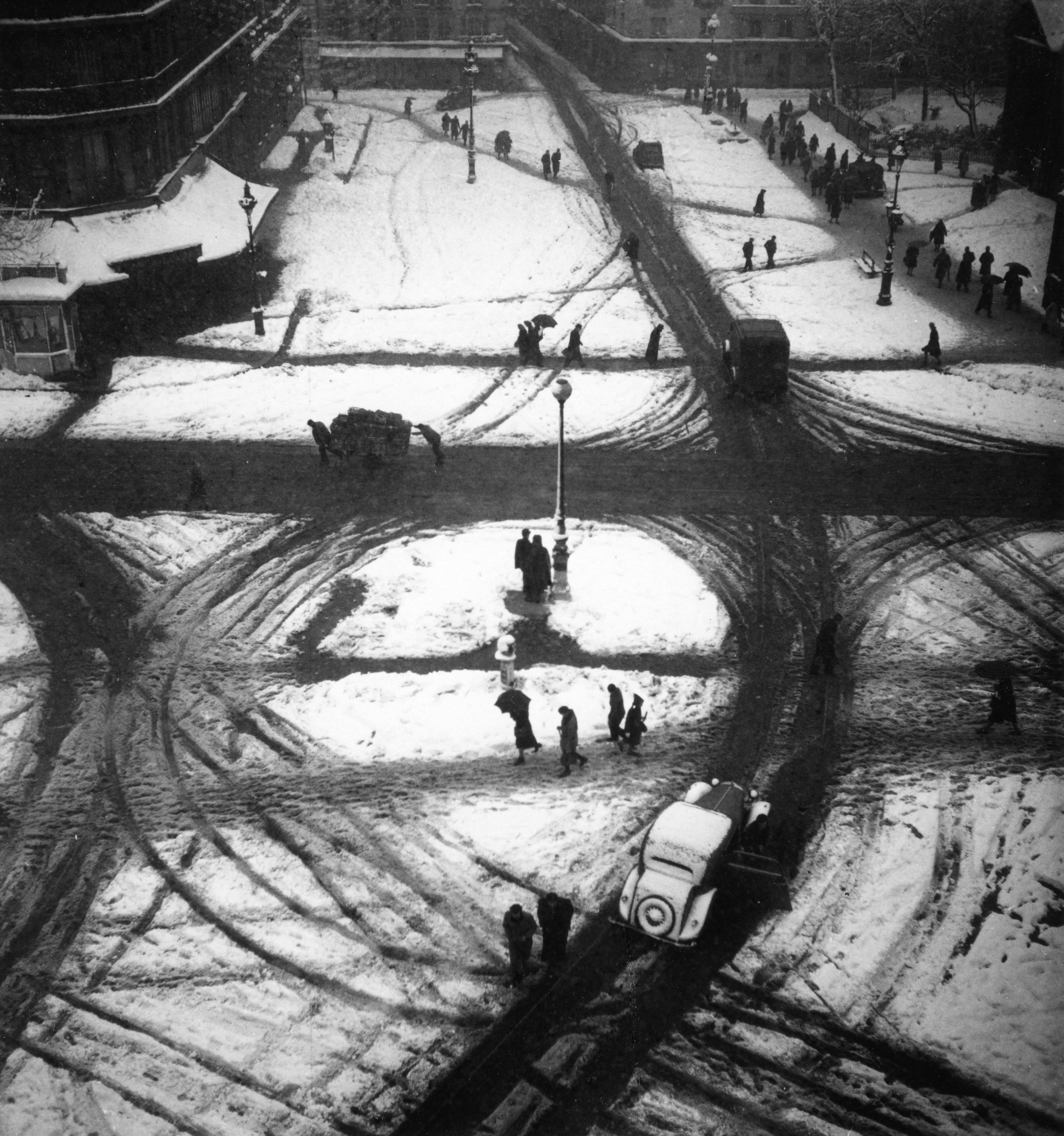 Fotó: Robert Doisneau: Saint-Germain kereszteződés, Párizs, 1945, 18x18,5cm, zselatinos ezüst © Atelier Robert Doisneau
