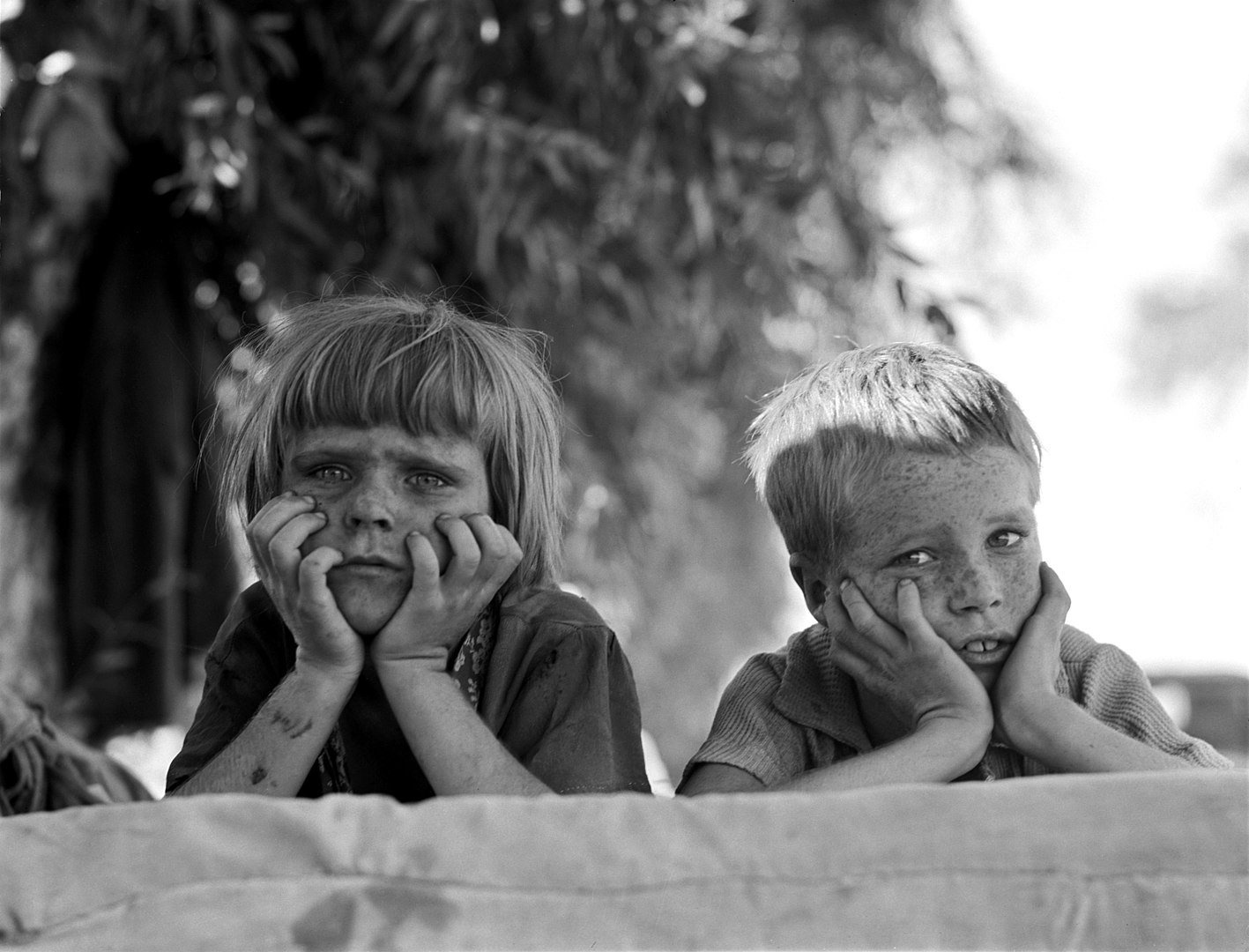 Fotó: Dorothea Lange: Az Oklahomát sújtó szárazság elől Kaliforniába menekülő farmerek gyermekei egy migráns táborban, 1936