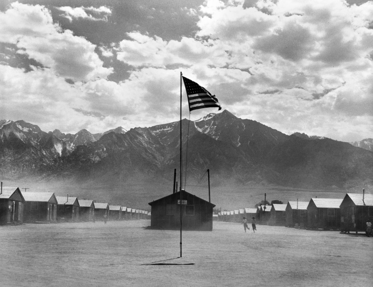 Fotó: Dorothea Lange: Manzanar Relocation Center, Manzanar, California, 1942 © Collection of the Oakland Museum of California, gift of Paul S. Taylor<br /><br />