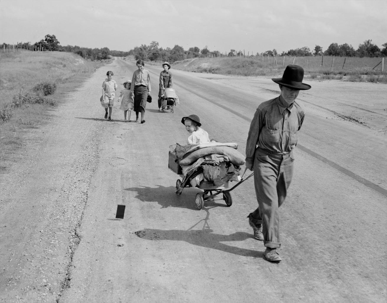 Fotó: Dorothea Lange: Öt gyerekkel vándorló család, Oklahoma, June 1938, Library of Congress