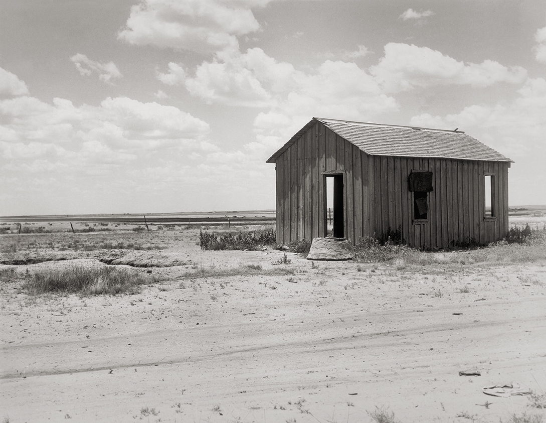 Fotó: Dorothea Lange: Drought-abandoned house on the edge of the Great Plains near Hollis, Oklahoma, 1938 © The Dorothea Lange Collection, the Oakland Museum of California