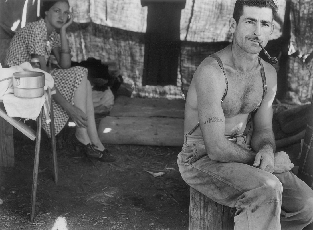 Fotó: Dorothea Lange: Unemployed lumber worker goes with his wife to the bean harvest. Note social security number tattooed on his arm, Oregon, 1939 © The Dorothea Lange Collection, the Oakland Museum of California