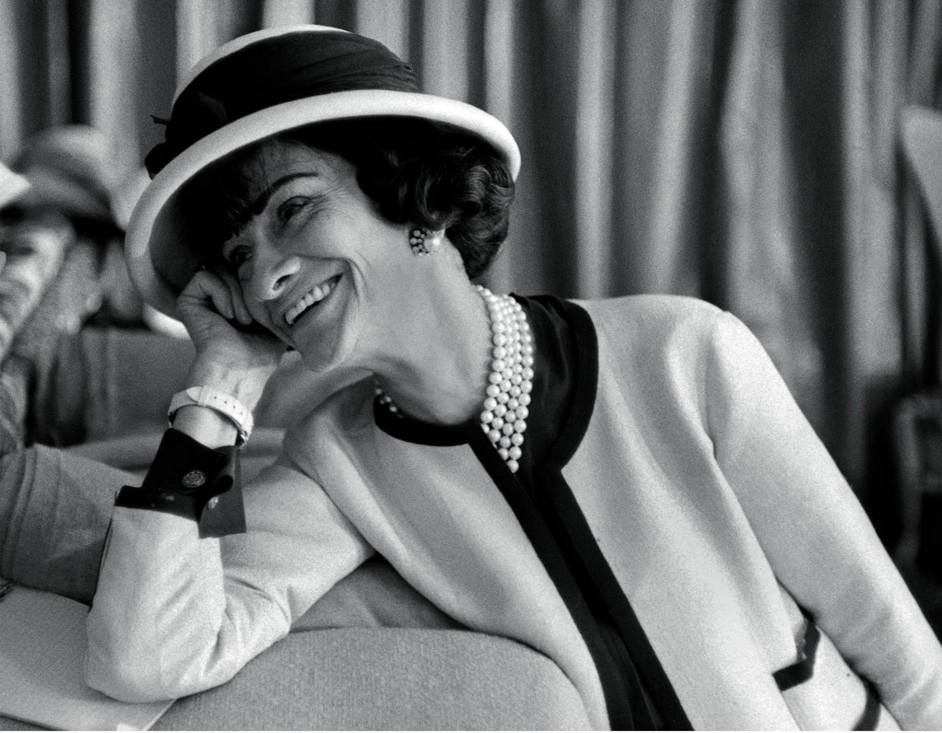 Fotó: Douglas Kirkland: Coco Chanel a nappalija kanapéján Párizs, 1962 © Douglas Kirkland/Photo Op
