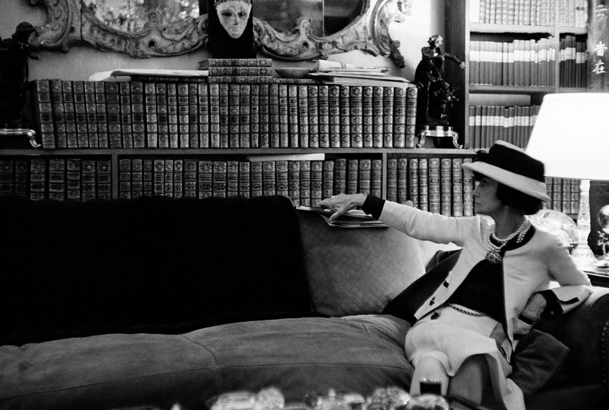 Coco Chanel a nappalija kanapéján<br />Párizs, 1962<br />© Douglas Kirkland/Photo Op<br />