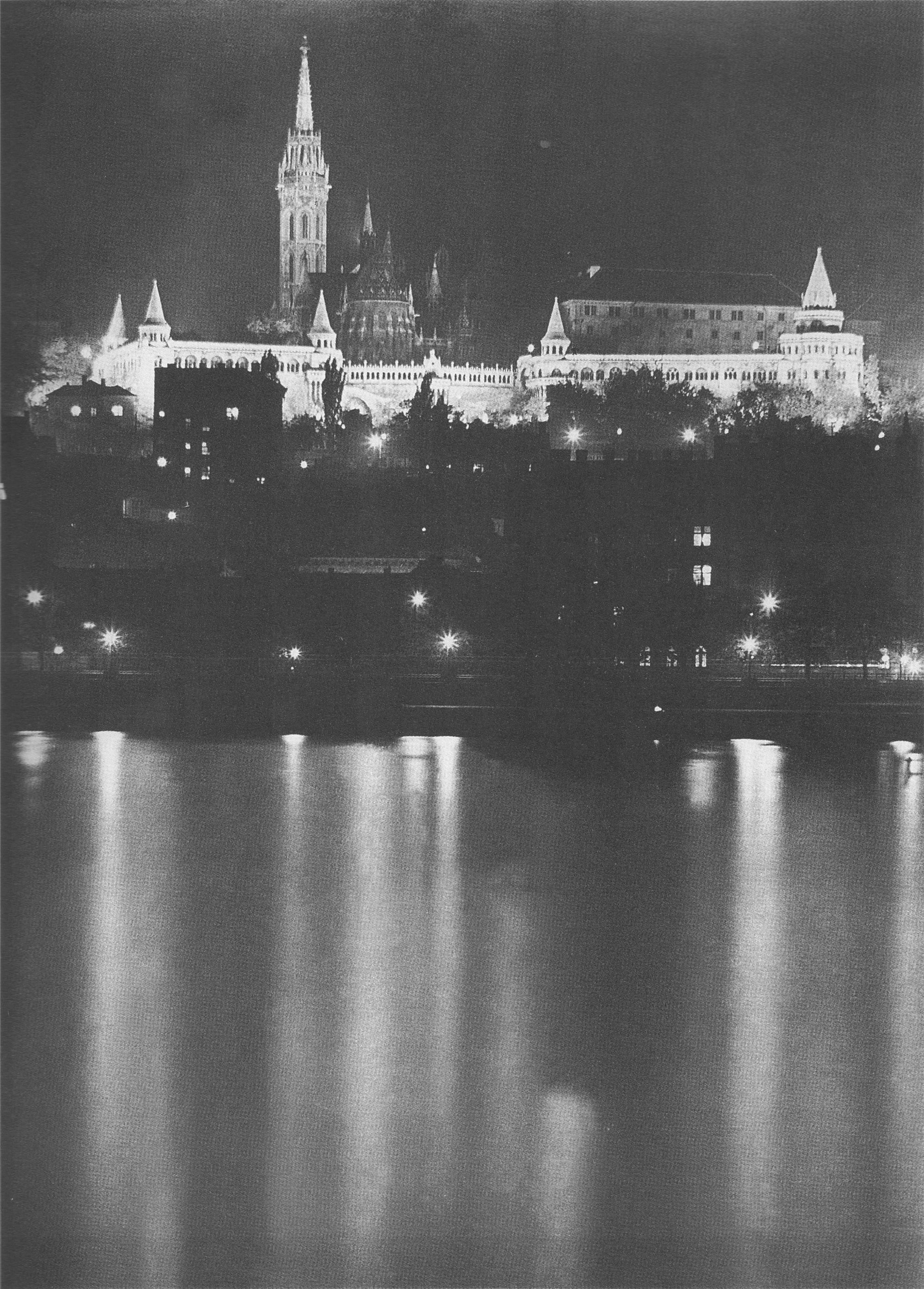Fotó: Dulovits Jenő: A kivilágított Mátyás-templom és a Halászbástya Pestről, a Parlament melletti Duna-partról fényképezve, 1930-as évek eleje © Fejér Zoltán gyűjteménye