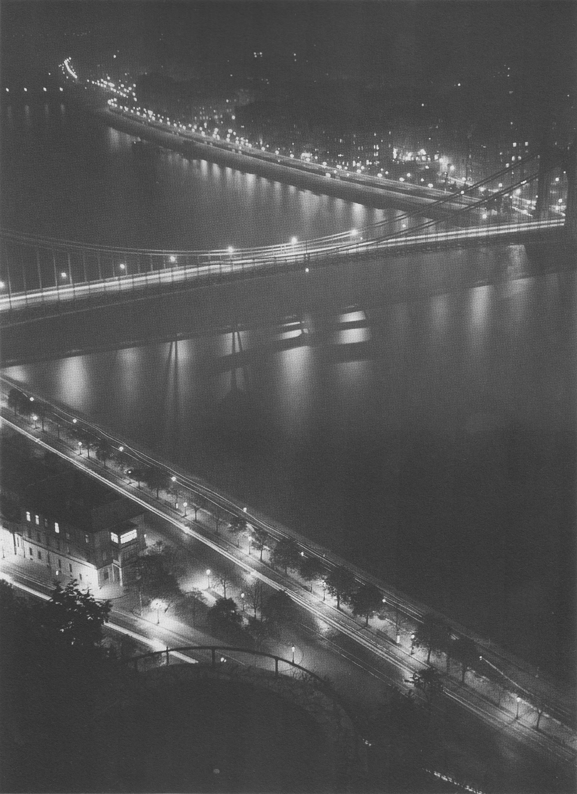 Fotó: Dulovits Jenő:  Az Erzsébet-híd Dunán tükröződő fényei, 1930-as évek közepe © Fejér Zoltán gyűjteménye