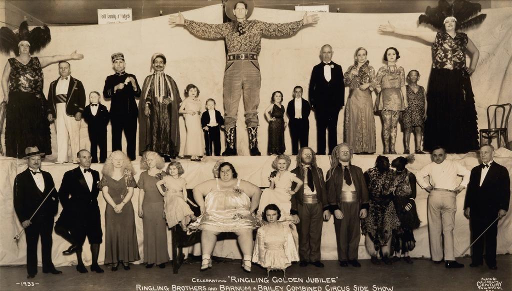 Fotó: Edward J. Kelty: Celebrating 'Ringling Golden Jubilee' Ringling Brothers and Barnum & Bailey Combined Circus Side Show, 1933 © Collection of Alain Siegel / Edward J. Kelty