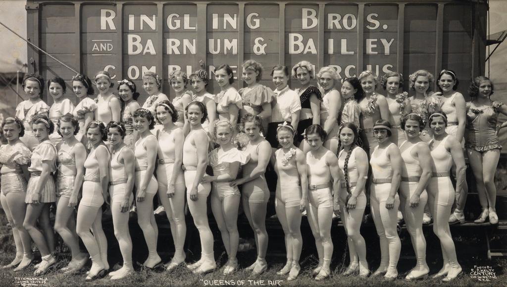 Fotó: Edward J. Kelty: Panorámafotó a cirkusz női munkatársairól, 1935-36 © Collection of Alain Siegel / Edward J. Kelty