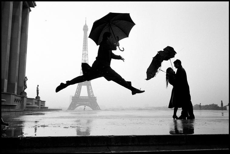 Fotó: Elliott Erwitt: Az Eiffel-torony felépülésének 100. évfordulója, Párizs, Franciaország, 1989 © Elliott Erwitt / Magnum Photos