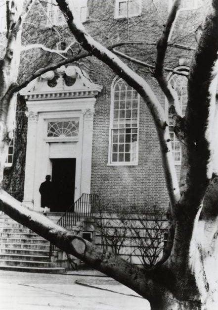 A legelső polaroid technikával készült fotót Edwin Herbert Land nevéhez kötjük. A kép – mely az egyik legrégebbi (tehát nem a legelső) polaroid képként tartanak számon – egy Polaroid Model-95 géppel 1946-ban készült.