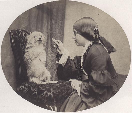 Az első kép, melyen egy kutya pár másodpercig mozdulatlanul ül.<br />Fotó: W.G Campbell: The Lesson, 1856. május<br />Megjelent: The Photographic Album of the Year, 1857<br />A magazinban megjelent kép hét másodperces expozíciót jelez.