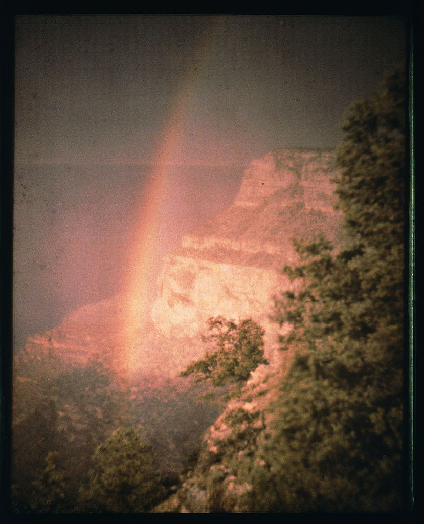 Bár már 1904-ben is próbálkozott, a legelső (valóban élvezhető) színes felvételt Arnold Genthe készítette 1911-ben a Grand Canyonnál. Az autokróm felvételt az Amerikai Kongresszusi Könyvtár gyűjteményében őrzik.