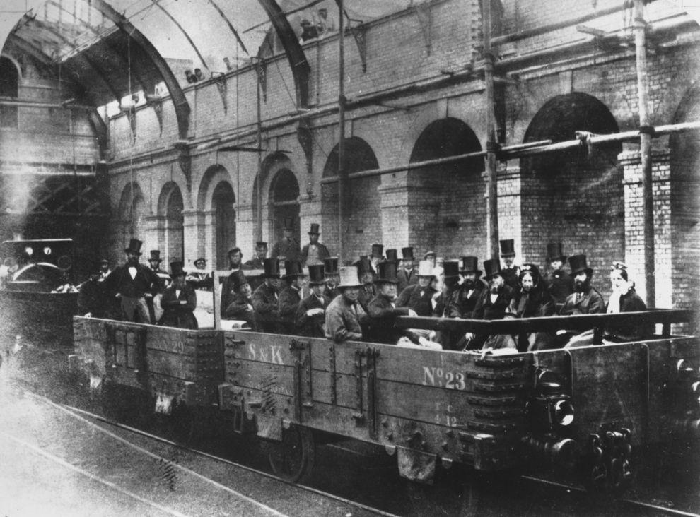 A londoni metróról készült legelső felvételt egy ismeretlen fotográfus készítette. A képen William Ewart Gladstone pénzügyminisztert a Metropolitan Railway Company igazgatóival és mérnökeivel látható a világ első metróvonalának 1862. május 24-i tesztútján. A Paddington és London City között épült vonal, a következő év januárjában nyílt meg.