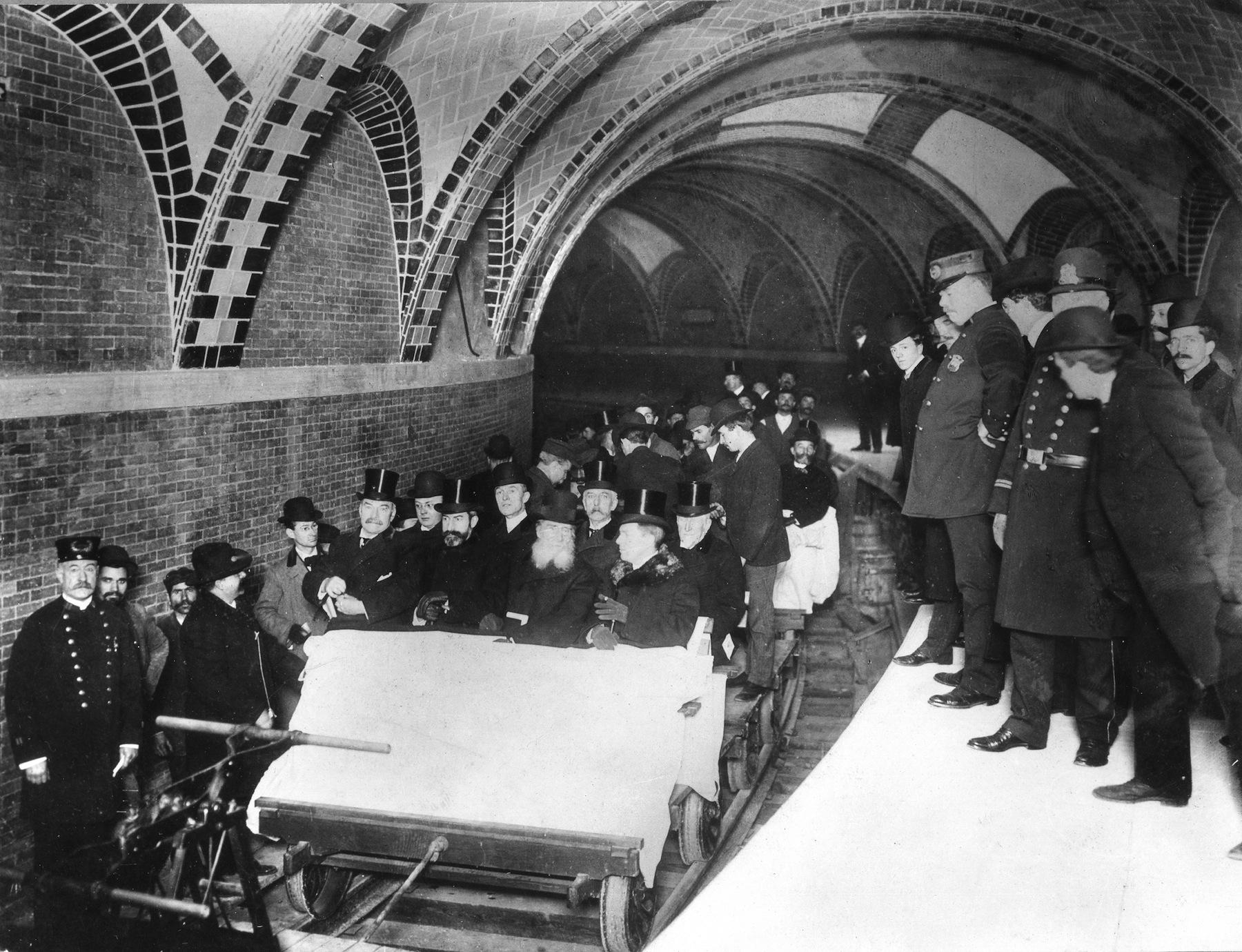 A New York-i metró legelső napjáról 1904 februárjában készült az első kép, melyet Edwin Levick magnéziumos villanófény segítségével fényképezte. A képen a város polgármestere, McClellan is feltűnik.