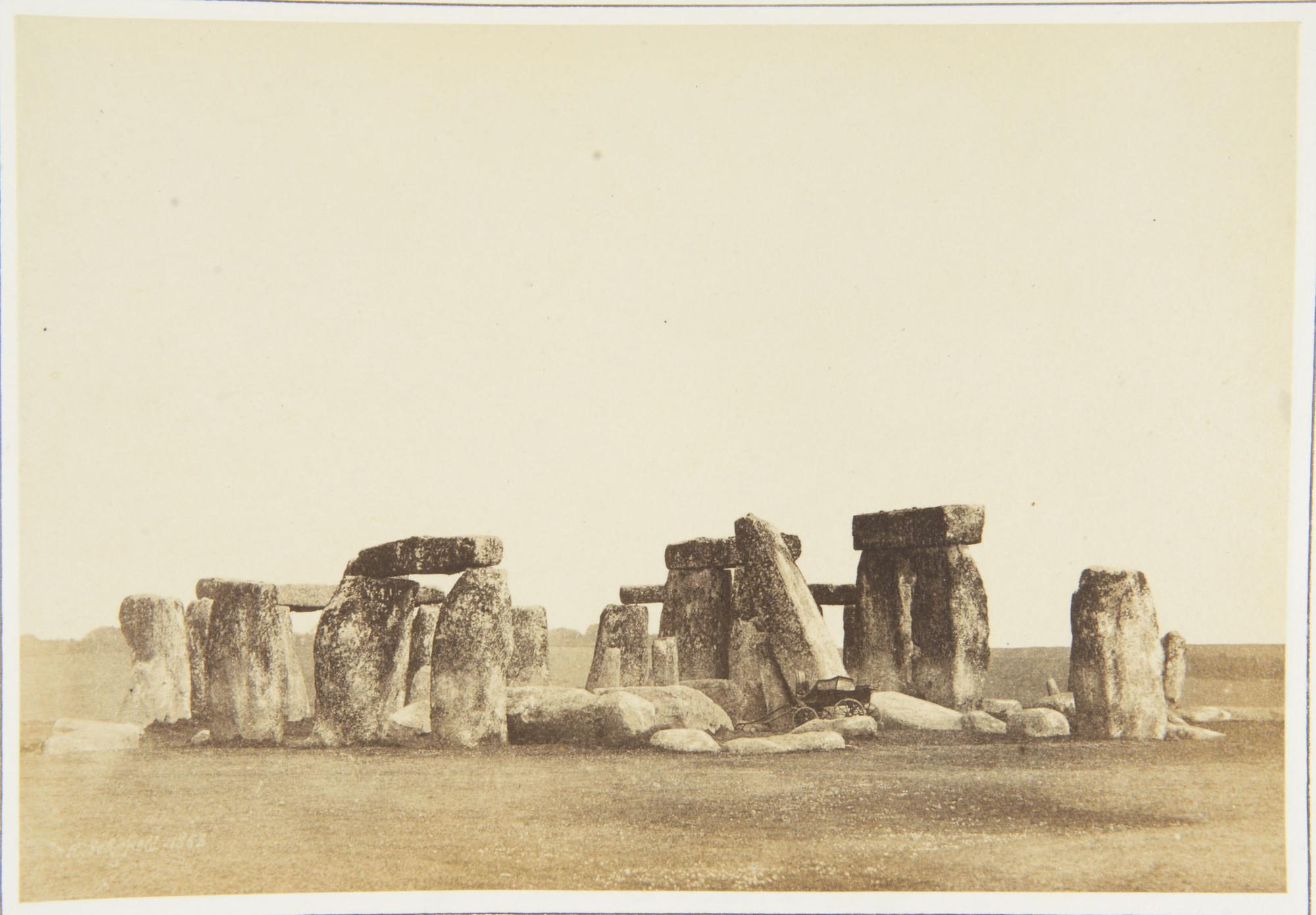 Az angliai Wiltshire-ben, Salisbury-től mintegy 13 km-re északra található körkörösen elrendezett kőtömbökből és földsáncokból álló monumentális őskori építményről készített legelső fotót William Russell Sedgfield nevéhez kötjük, aki 1853-ban, még az újkori rekonstrukció előtt fényképezte le a Stonehenge-t. <br />A képet 1854-ben mutatták be a Photographic Society első kiállításán. <br />