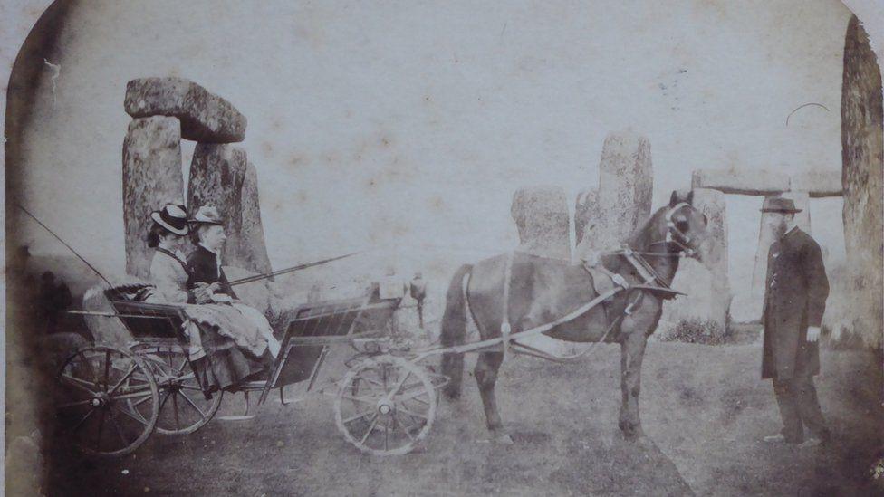Az első családi fotó a Stonehenge-ről 1875-ben készült, amin a Routh család tagjait láthatjuk. A képet 2019-ben mutatták be először, mikor az English Heritage felkérésére a beérkezett felvételekből a szakértők kiválasztották a legrégebbi családi fotót a Stonehenge-ről. <br />