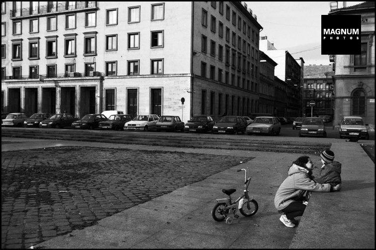 Fotó: Erich Lessing: Budaspest, Köztársaság tér, 1998 © Erich Lessing/Magnum Photos