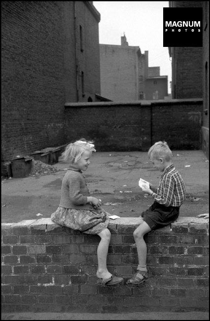 Fotó: Erich Lessing: Szilézia, Gyerekek játszanak, 1956 © Erich Lessing/Magnum Photos