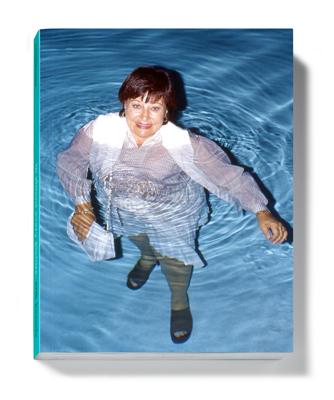 Szinte minden képen #11 – Egy évtizedeken átívelő rögeszme: Fred kizárólag ruhástul a vízben pózolva fotózza Valerie-t. 2012 © Erik Kessels