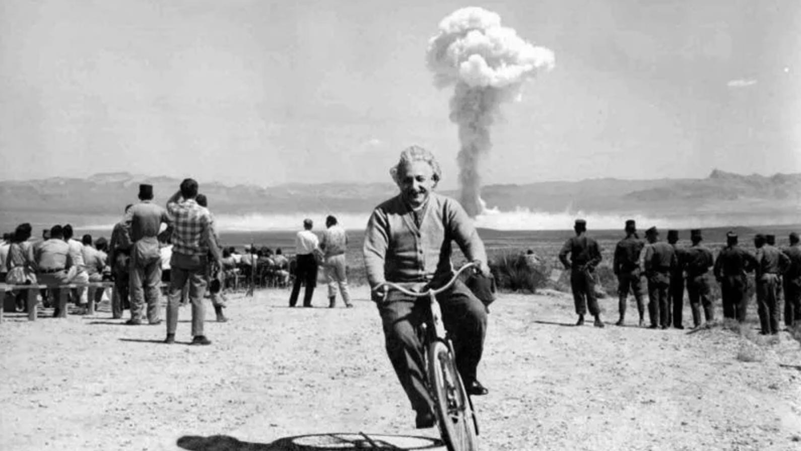 Az atombomba robbantás közelében bringázó Einstein fotója 2011 januárjában indult 'hódító' útjára a neten. A fotó természetesen hamisított, két felvétel montírozásából állt össze egy képpé.