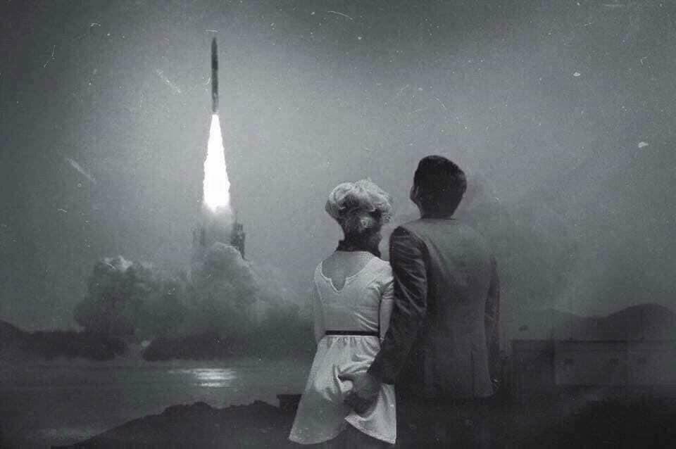 Az igazán intim pillanatot ábrázoló, többezer megosztásnál járó fotó egy évvel ezelőtt indult hódító útjára a Pictures in History facebook oldalán, ahol a képaláírás szerint a fotó 1968 decemberében készült az Apollo 8 indulásakor. Ám a kép két fotó montírozásából áll össze.