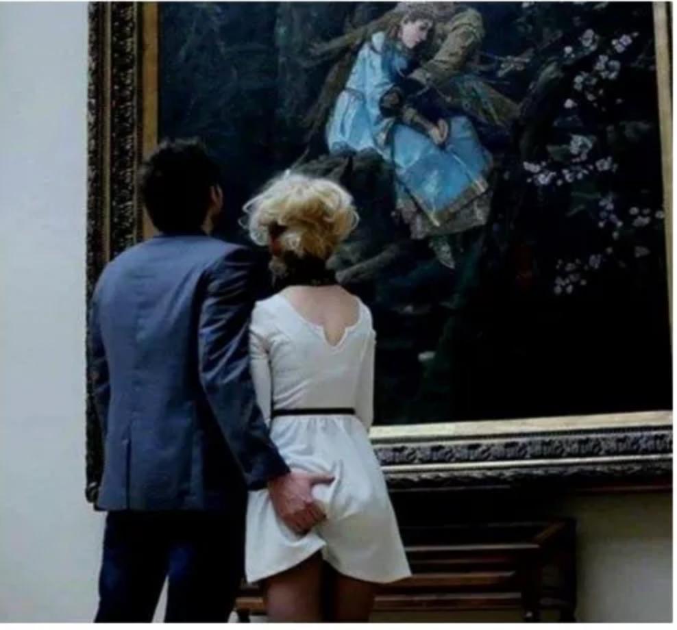 A Chronicle Magazine szerint az egyik képet Andrej Sztroganov készítette 2016-ban Moszkvában a Tretyakov képtárban, ahol a képen szereplő férfi és nő Viktor Mihajlovics Vasznyecov 1889-ben készült Iván cárevics a Szürke Farkason című műalkotását nézik.