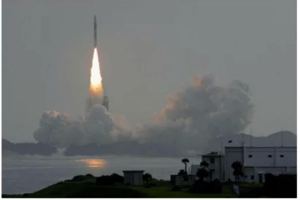 Az AP hírügynökség képének szintén kevés köze van a NASÁ-hoz vagy az Apollo 8 küldetéséhez. Ez a fotó valójában a japán H-2A rakéta felszállását mutatja a Tanegashima Űrközpontból 2010 májusában.