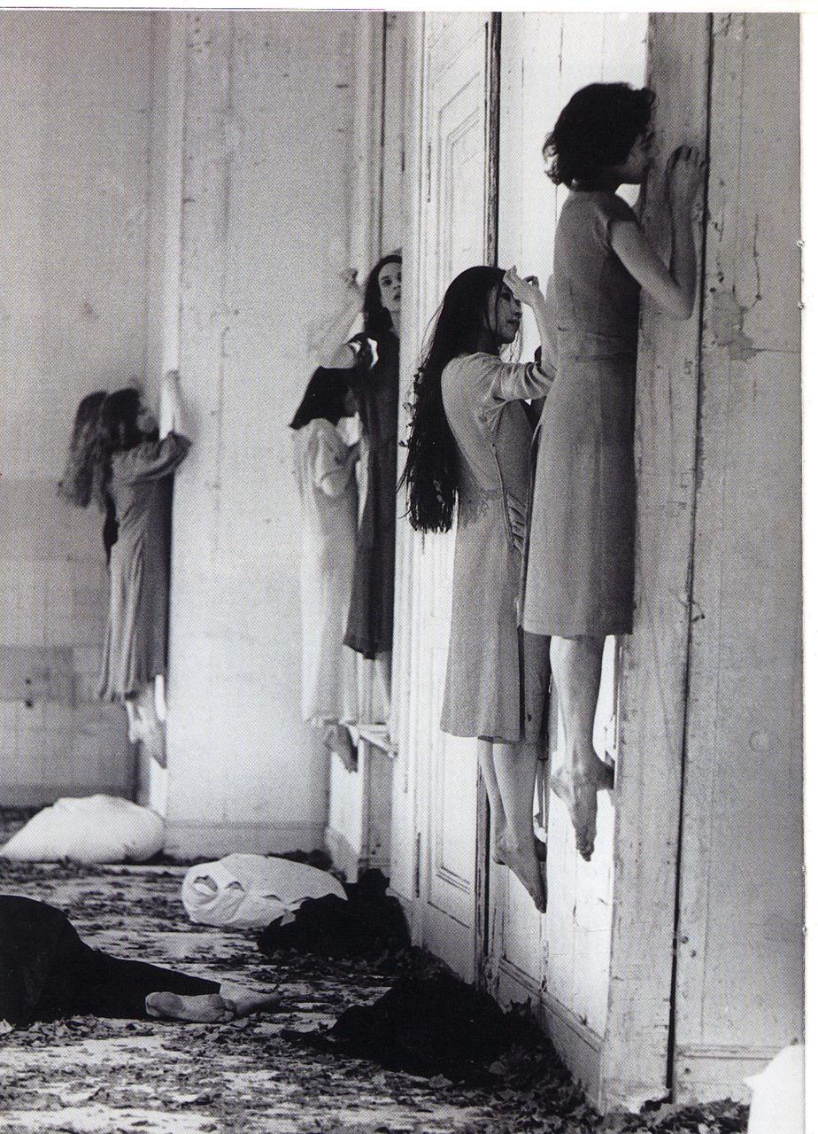 Ezzel szemben a képen a világhírű német koreográfus Pina Bausch egyik előadásának részletét láthatjuk, mely 1977-ben Bartók Béla A kékszakállú herceg vára című operája alapján készült.