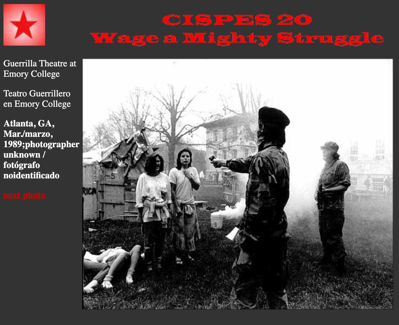 """A kép a CISPES, a Szolidaritási Bizottság Salvador népével weboldalán is megtalálható, ahol 1989 márciusában készített fényképként mutatják be, mely az atlantai Emory Egyetem """"Guerrilla Theatre"""" előadásán készült."""
