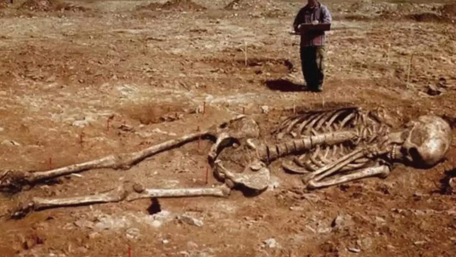 """Az """"óriások csontvázaira bukkantak"""" szavakat beírva a Google-ba meglepődhetünk, hogy mennyi magyar nyelvű találatot ad fel a kereső. A legtöbb hivatkozás török, görög, indiai vagy iráni ásatások helyszíneként jelöli ezeket a képeket."""