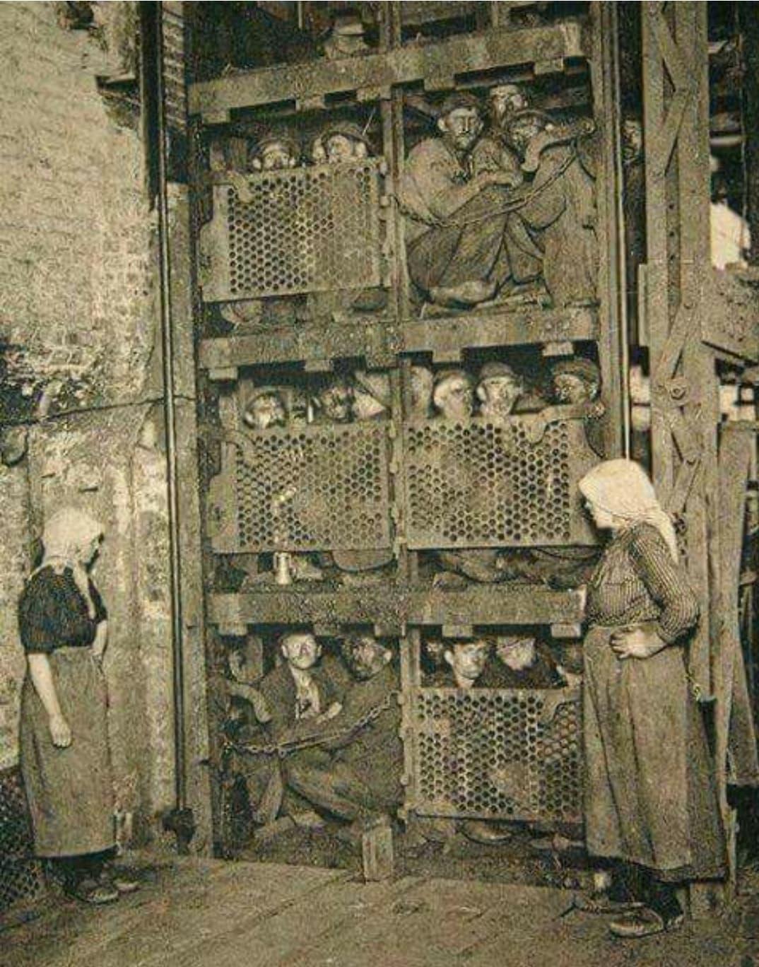 Bár többen jelezték, hogy a kép Nyugat-Virginiai bányászokat ábrázol, de az Appalachian Magazine már amiatt is szkepticizmusát fejezte ki, hogy a kép egyáltalán Amerikából származik-e. <br />Véleményük szerint a képen olasz munkavállalók láthatók egy belga bányában az 1900-as évek elején. Ezt az állításukat többek között a fából készült cipőkkel és a felvonót üzemeltető nőkkel támasztották alá. <br />