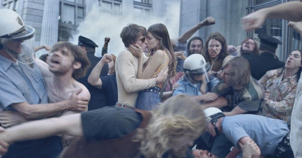 """2018. április 27-én a """"History Lovers Club"""" Twitter-fiókja az alábbi képaláírással posztolt egy képet: """"az egyik legszebb fotó, amelyet valaha készítettek. csókolózó szerelmespár az 1971-es háborúellenes tüntetésen""""."""