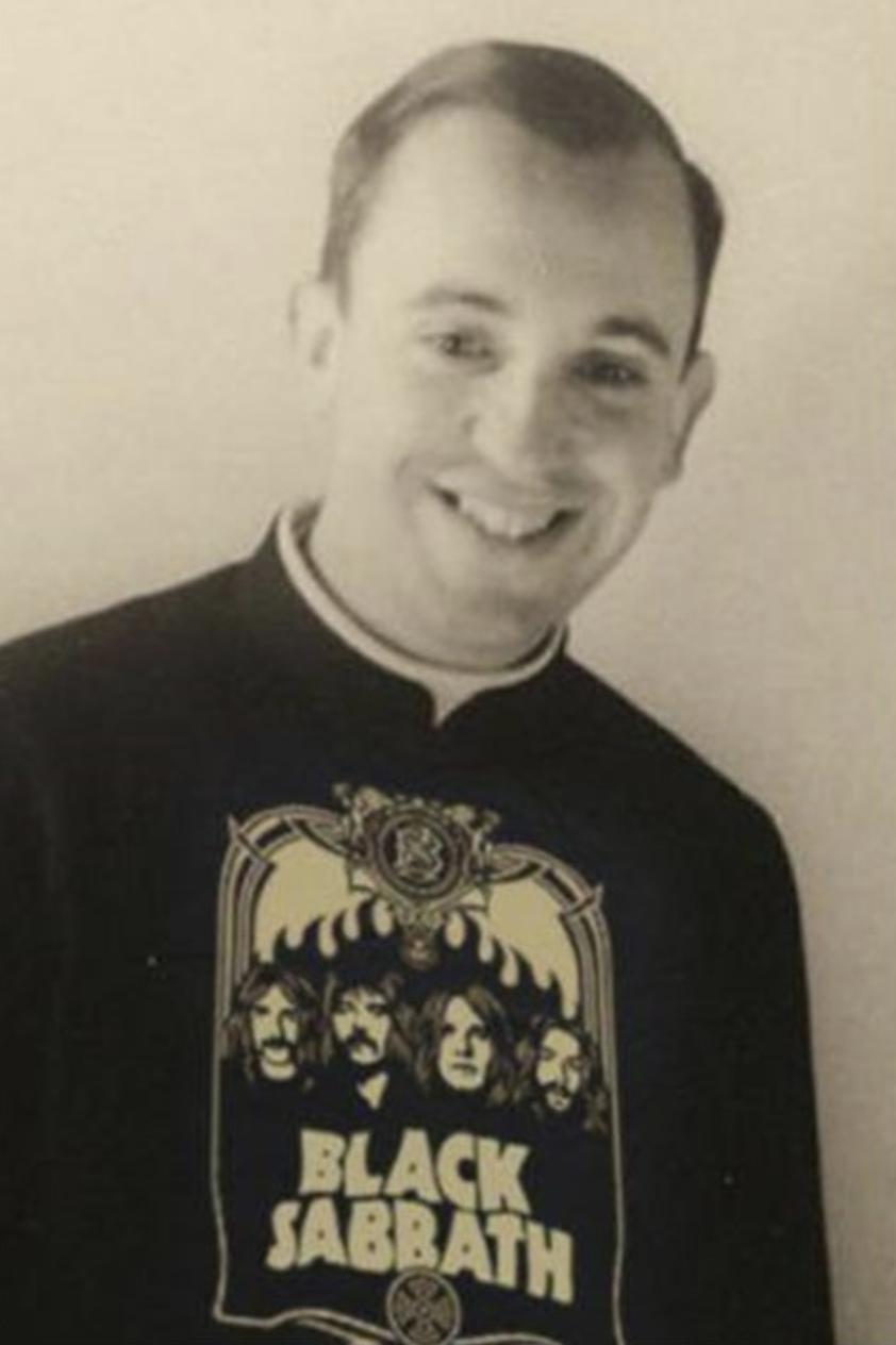 Ez a felvétel egy fiatal férfit Black Sabbath pólóban ábrázol. A kép először 2015-ben jelent meg, a képaláírás szerint a fiatal Jorge Mario Bergogliót láthatjuk, akit napjainkban Ferenc pápaként ismer a világ.