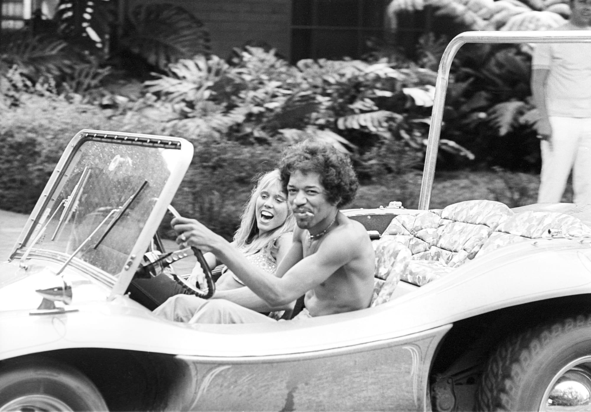 Az eredeti fotó 1968. október 6-án készült Honoluluban. A képen Jimi Hendrix egy ismeretlen nő társaságában látható.