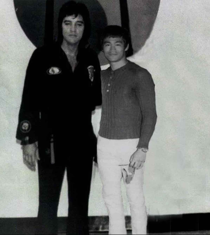 Elvis Presley és Bruce Lee közös fotója, 2017 májusában jelent meg az Old Pics Archive oldalán. A kép digitálisan módosított.