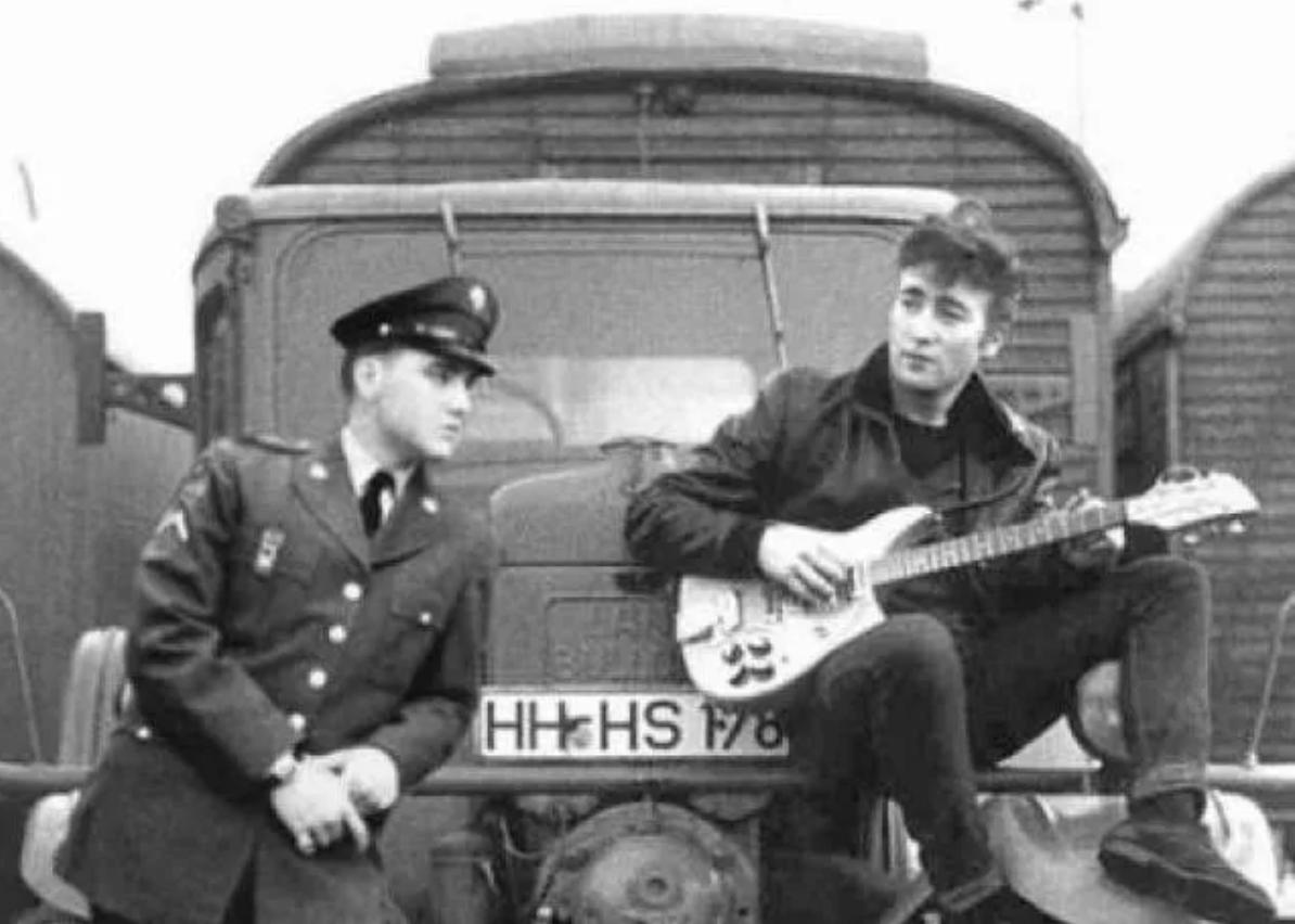A hamisított képnek van egy másik verziója is, ezen Lennon Elvis Presleyvel látható.