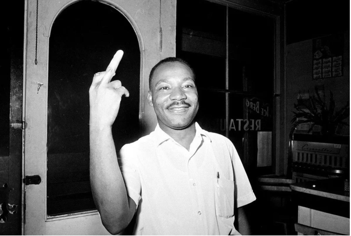 A középső ujját felmutató Dr. Martin Luther Kinget ábrázoló manipulált kép különféle kommentárokkal már 2012 óta kering a közösségio oldalakon.