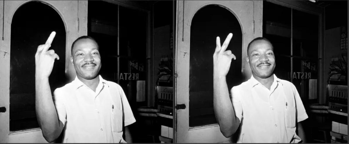 Az eredeti fényképet 1964. június 19-én készítették Floridában. A felvétel az AP hírügynökség gyűjteményében található.  King két ujjból álló kézmozdulata egy 'v' -betűt mutat (Victory = győzelem) miután megtudta, hogy a polgári jogi törvényjavaslatát átvette a szenátus.
