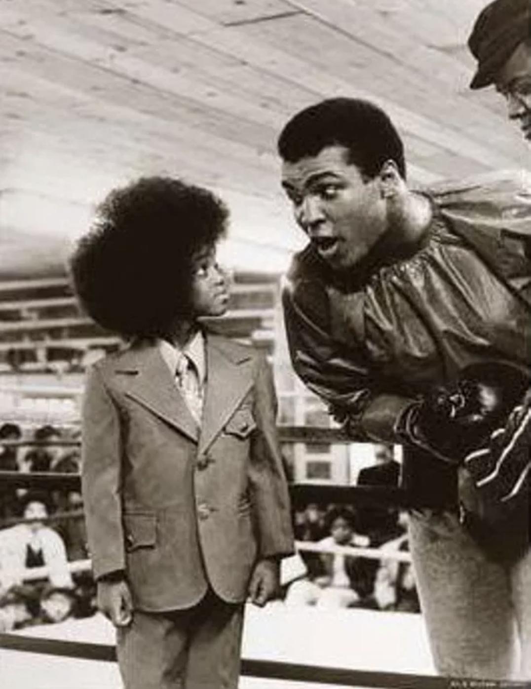 A kép 2017 júliusában jelent meg a közösségi oldalakon. A mellékelt képaláírás szerint Muhammad Alit a fiatal Michael Jacksonnal láthatjuk. Ez nem igaz.<br />A képet a hetvenes évek elején Manuel Gaetán készítette Pennsylvániában egy edzőtáborban. A felvételen Ali rajongója, későbbi boxlegenda Tiger Smalls látható.