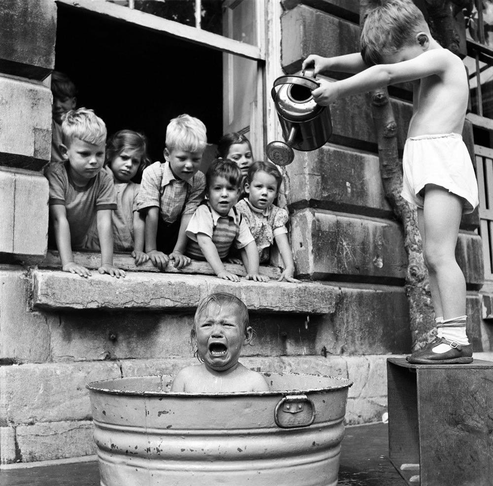 Az eredeti kép nem Dél-Afrikában, hanem Angliában, Bristolban, az Ashley Road Day óvodában 1953 augusztusában készült. De nem csak a képaláírással van gond; az eredeti képen az egyéves Georgina Rumph látható.