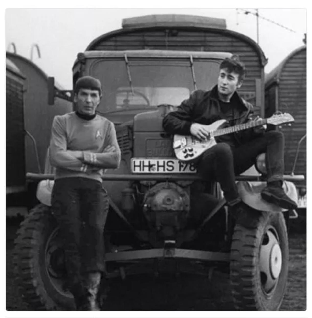 2017. áprilisában twittelte a Historical Pics a gitározó John Lennont és a Spockot alakító Leonard Nimoyt ábrázoló fotót. Ez a kép is digitálisan módosított, nem valós pillanatot ábrázol.